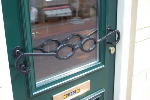 deurgreep in bril ontwerp bij opticien