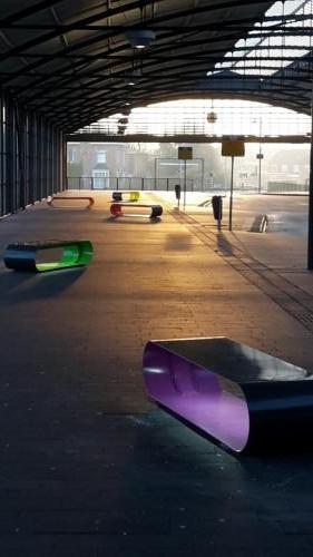 verlichte stalen banken in diverse kleuren op busstation-1