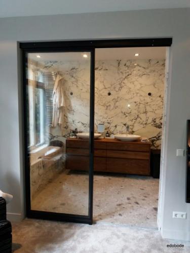 geopende enkelvlaks schuifdeur met vast zijlicht in badkamer entree
