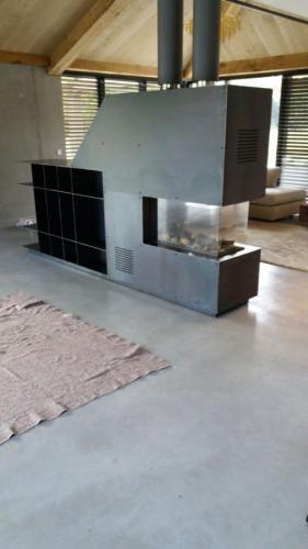 haardombouw van zwartstaal, met ingebouwde boekenkast