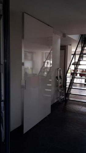 witte taatsdeur van plaatmateriaal geopend
