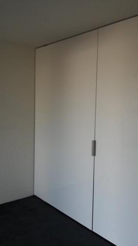 witte taatsdeur van plaatmateriaal gesloten