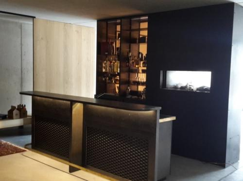 zwart stalen bar met glazen en flessenrek