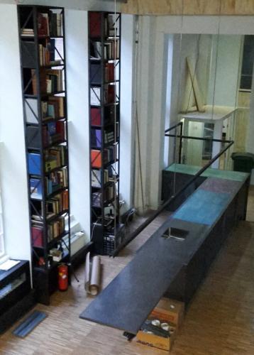 zwartstalen balie met boekenkasten