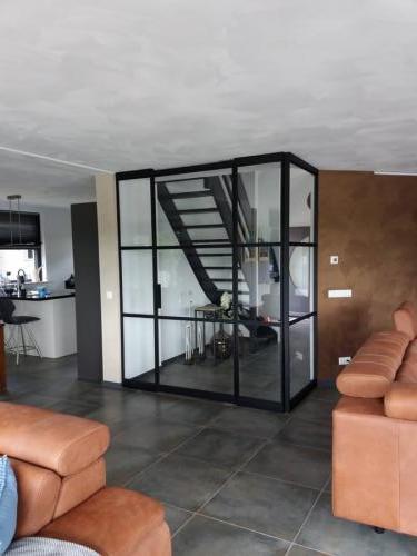 hal afsluiting met glazenpui met 3 vaks taatsdeur